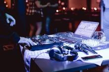 Profi-Equipment sorgt für High-End-Sound auf Ihrer Feier. Foto: Thomas Jennert / Menschen & Momente / https://www.facebook.com/jennert.fotografie/